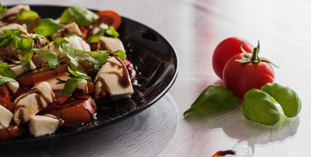 tomato-and-mozzarella-salad-1002839_1920