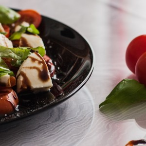 tomato-and-mozzarella-salad-1002839_1920